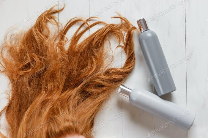 Zwei Shampoo-Flaschen für Haar Ingwer helle Farbe Draufsicht, Kopierraum. Schönes Haarpflegekonzept