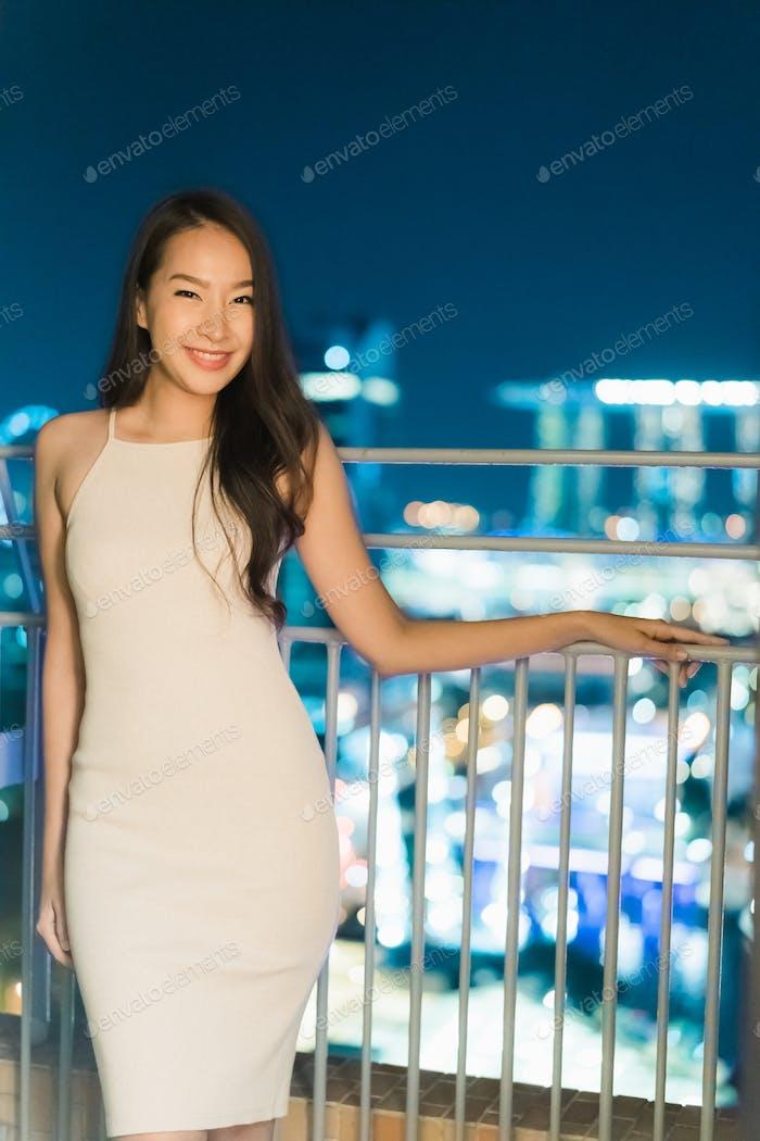 Schöne asiatische Frauen lächeln und glücklich mit Singapur Blick auf die Stadt