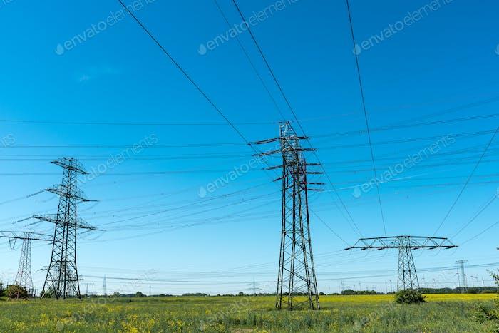 Übertragungstürme mit Stromleitungen