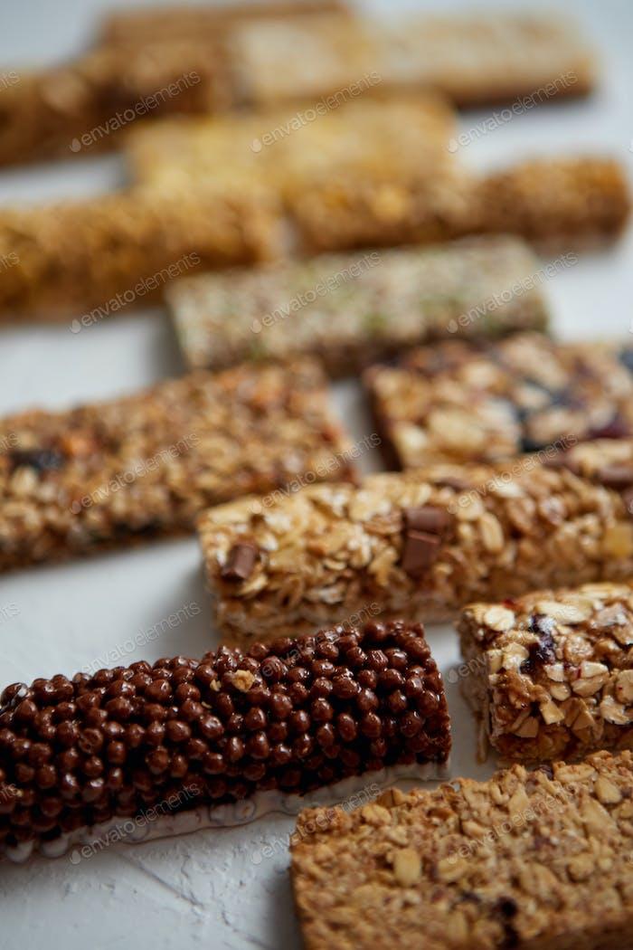 Hausgemachte glutenfreie Müsliriegel mit gemischten Nüssen, Samen, getrockneten Früchten