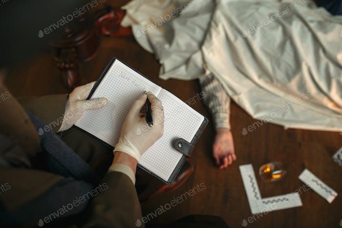 Männlicher Detektiv mit Zigarre schreibt im Notizbuch