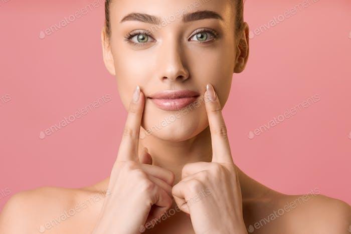 Natürliche Schönheit. Junge Frau Anwendung Lippenbalsam