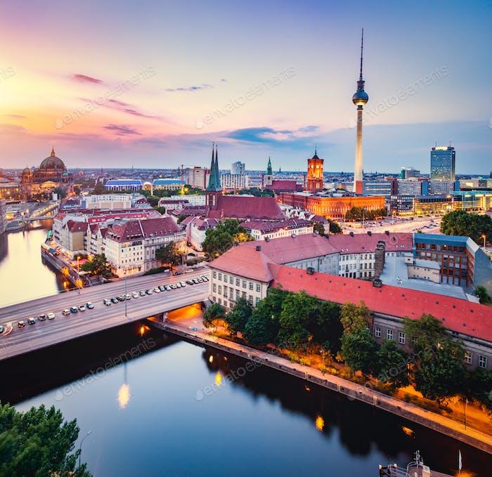Berlin, Deutschland bei Sonnenuntergang.
