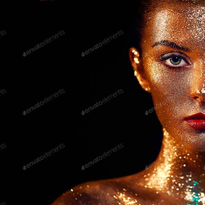 Porträt der schönen Frau mit funkelt auf ihrem Gesicht