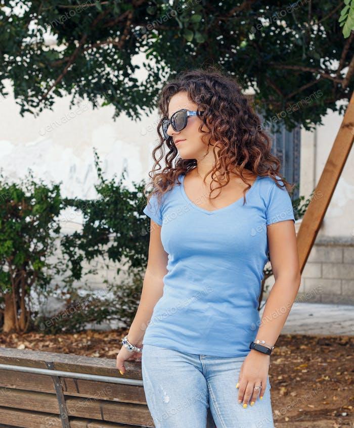 Platzieren Sie es - junge Frauen tragen T-Shirt und Jeans