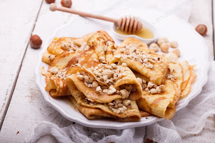 Pfannkuchen mit Nüssen und Honig