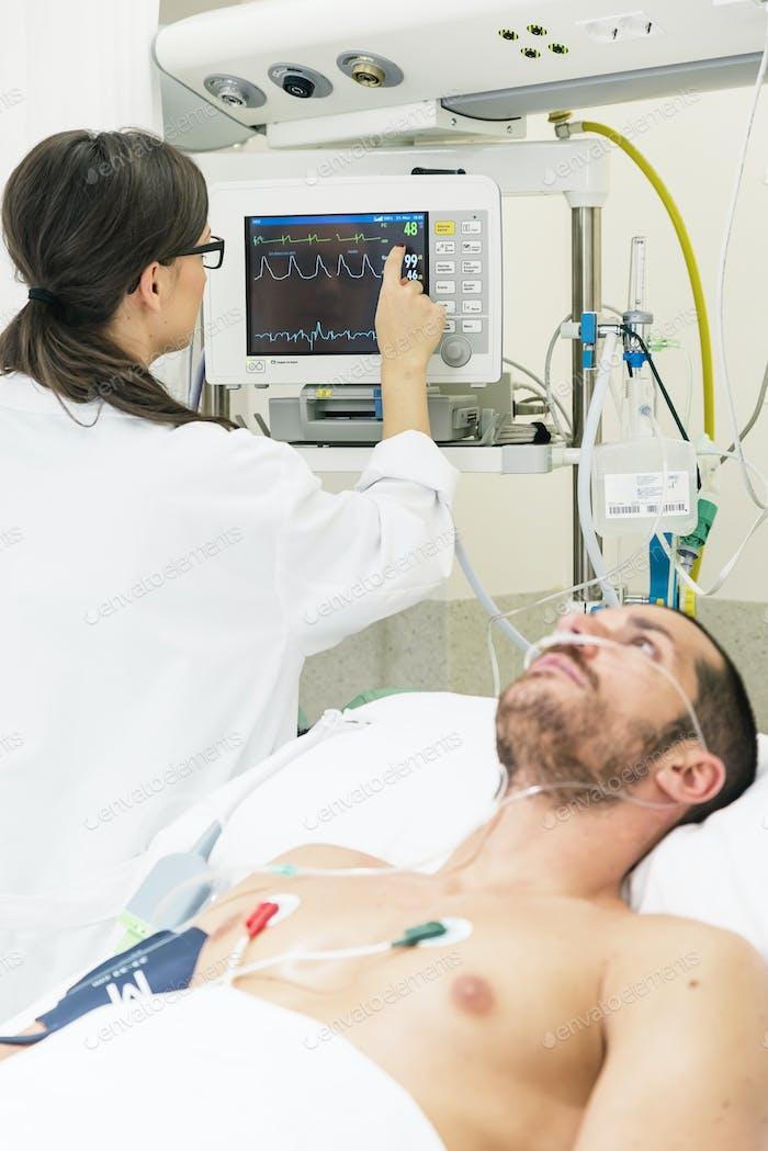 Arzt, der einen EKG-Test im Krankenhaus macht.