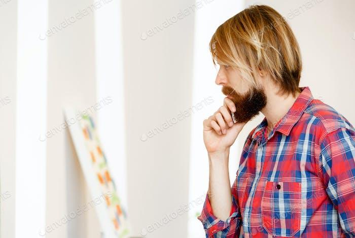 Mann stehend in einer Galerie und betrachten Kunstwerk