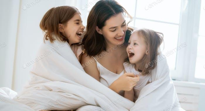 Mädchen und ihre Mutter genießen sonnigen Morgen