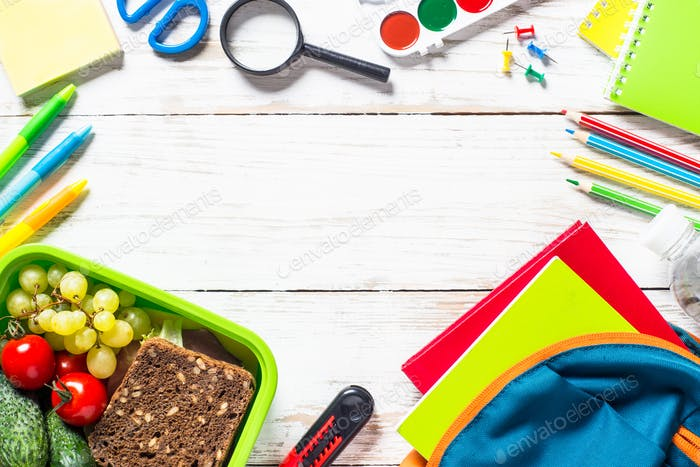Zurück zum Schulkonzept. Lunchbox mit Schreibwaren und Rucksack