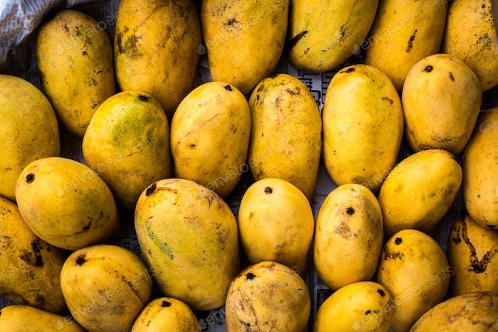 Voller Rahmen aus frischen gelben Mangos