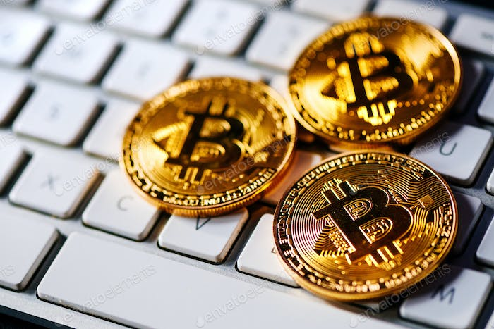Bitcoins auf Computertastatur