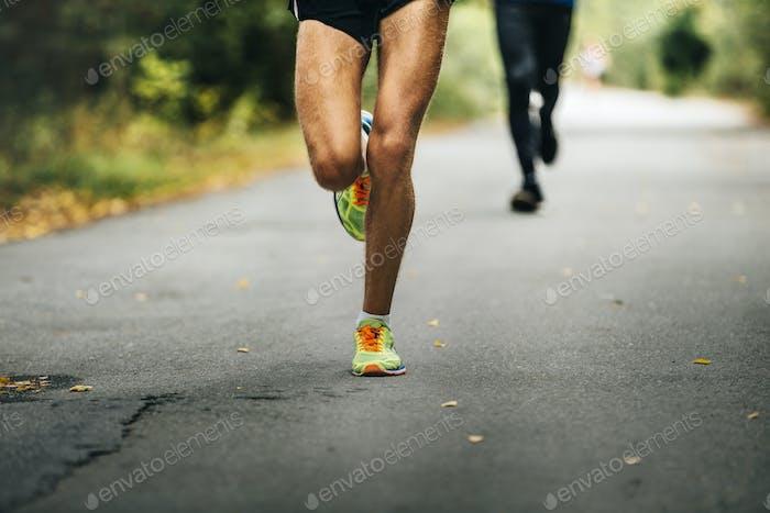 Anführer des Marathons junger Athlet Läufer