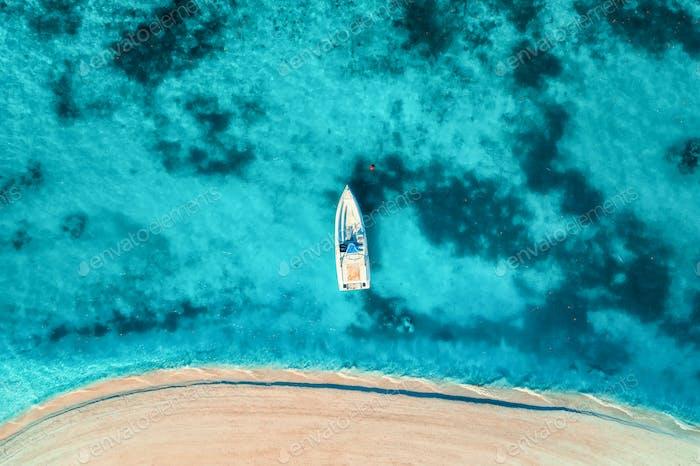 Luftaufnahme der weißen Yacht im klaren blauen Wasser