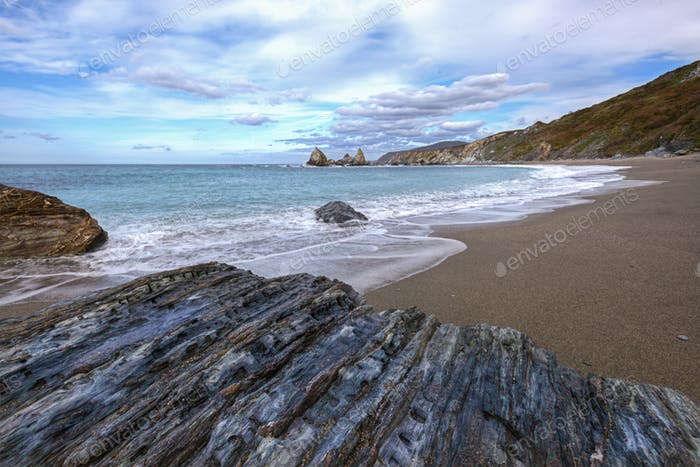 Capriicious Formen auf den Felsen des Strandes