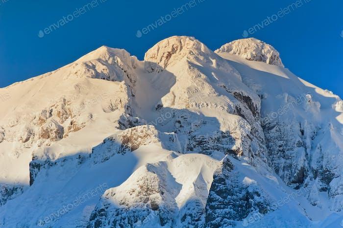 горы со снегом