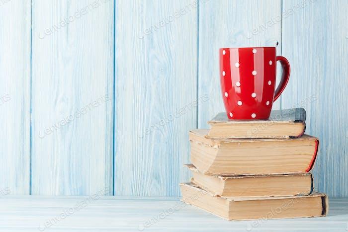 Heiße Schokolade Tasse auf Bücher