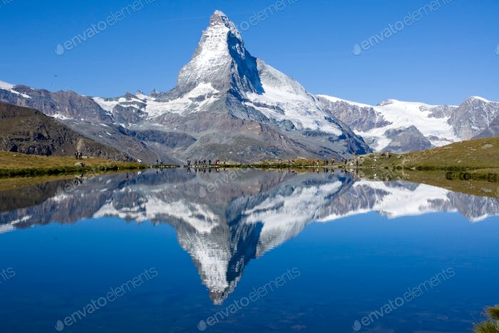 Turistas frente al Matterhorn
