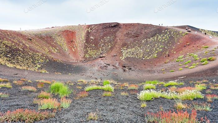 Touristen am Rande des großen Krater auf dem Ätna