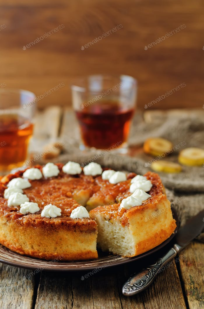 Caramel banana cake with tea