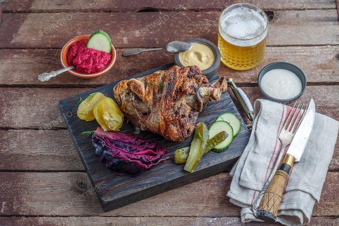 Deutsche Küche Eisbein mit Kartoffeln, Kohl und Bier