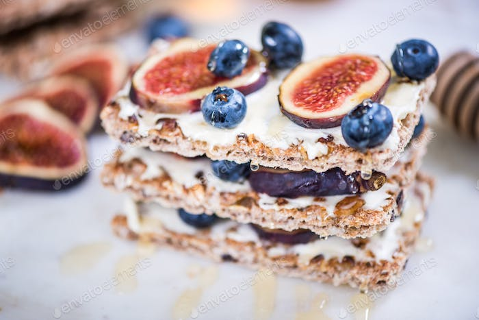 Wholegrain light brunch with figs