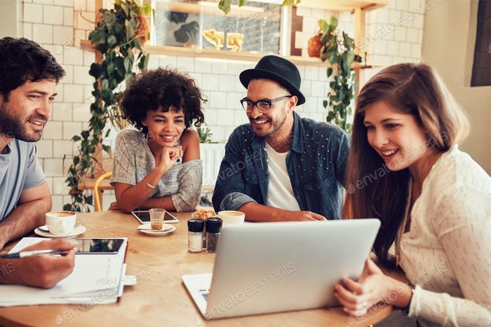 Freunde hängen im Café mit Laptop