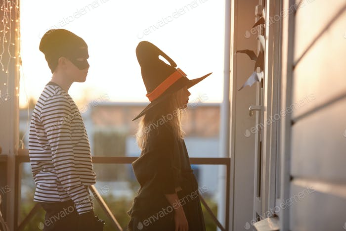 Трюк или лечить детей, ожидающих двери на Хэллоуин