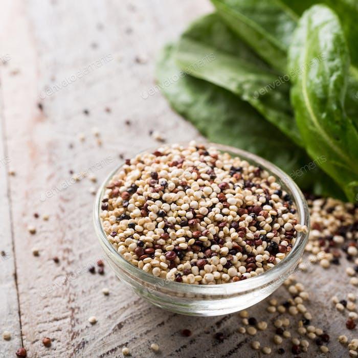 Haufen gemischter roher Quinoa
