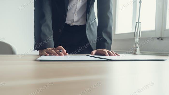 Rechtsdokument oder Vertrag mit Füllfederhalter