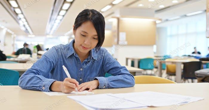 Frau studieren in der Bibliothek