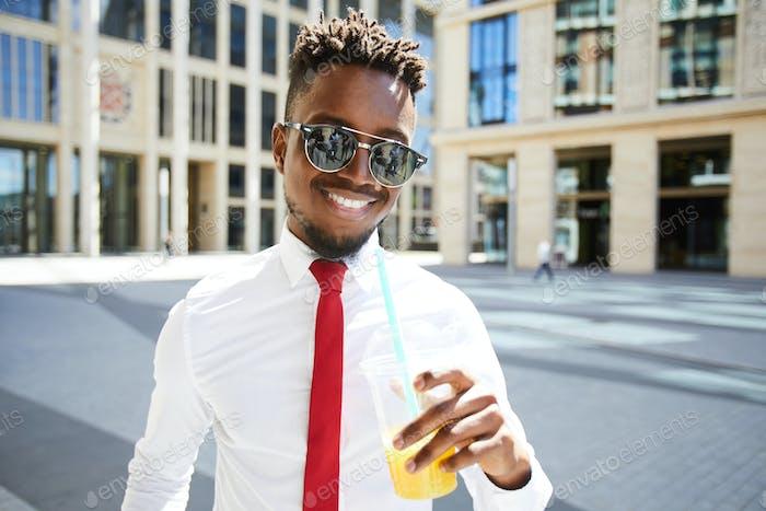 Optimistische schwarze Manager in Sonnenbrille