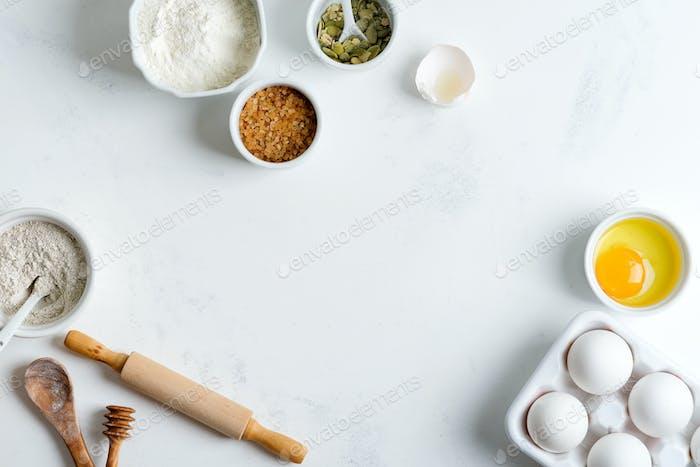 Hausgemachte Produktion von frischem gesundem Brot anderer Gebäck aus natürlichen Zutaten auf einem hellgrauen