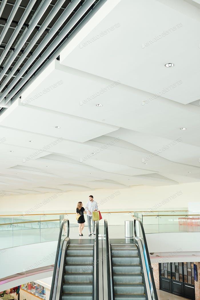 Paar im Einkaufszentrum Rolltreppe