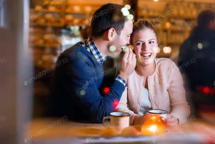 Glückliches Paar im Gespräch in bar und mit Verabredung