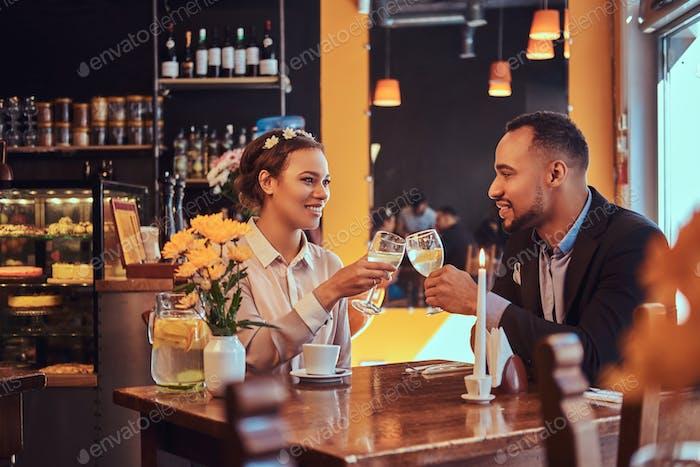 Attraktives afroamerikanisches Paar bei einem Geschäftstreffen im Restaurant
