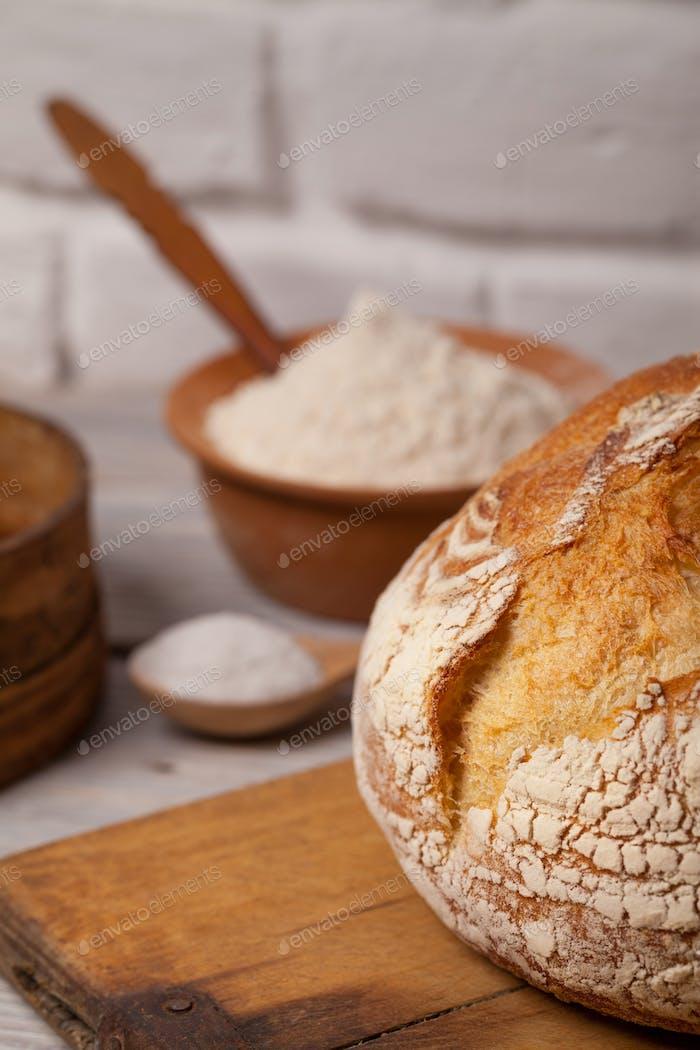 Hausgemachtes Brot auf dem alten Schneidebrett