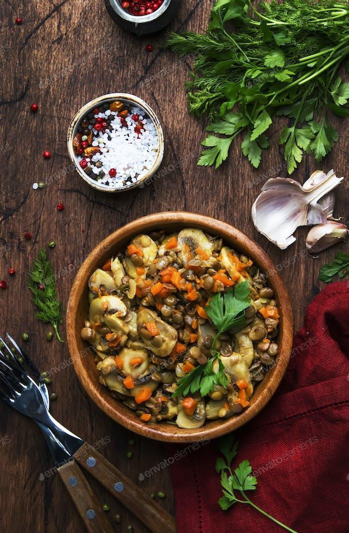 Gekochte grüne Linsen mit Pilzen und Gemüse