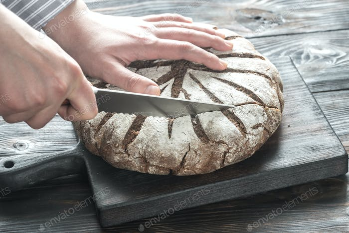 Cutting of rye bread