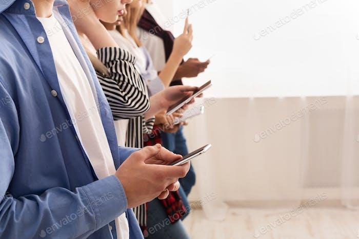 Adolescentes adictos a las nuevas tendencias tecnológicas, usando teléfonos inteligentes