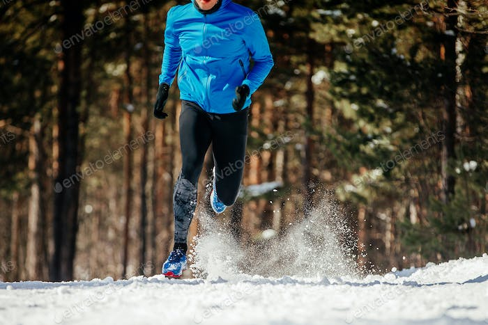 dynamic running on winter trail