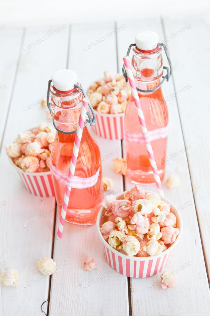 Popcorn und Limonade