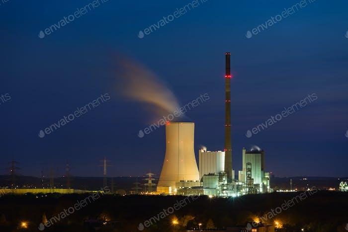 Modernes Kohlekraftwerk bei Nacht