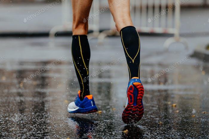 Füße männlichen Läufer in Kompressionssocken