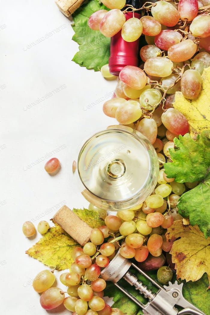 Trockener Weißwein in Glas und Flasche, frische Traube