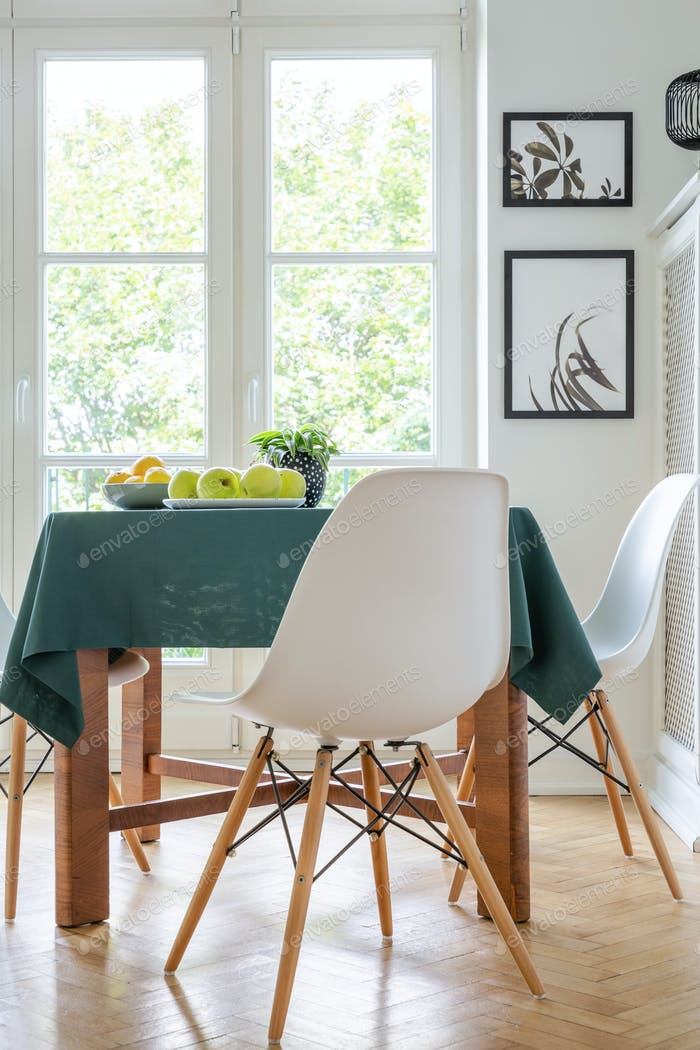 Vertikale Ansicht von stilvollen weißen Stuhl neben Küchentisch mit