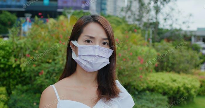 Mujer usar mascarilla en morado en la calle