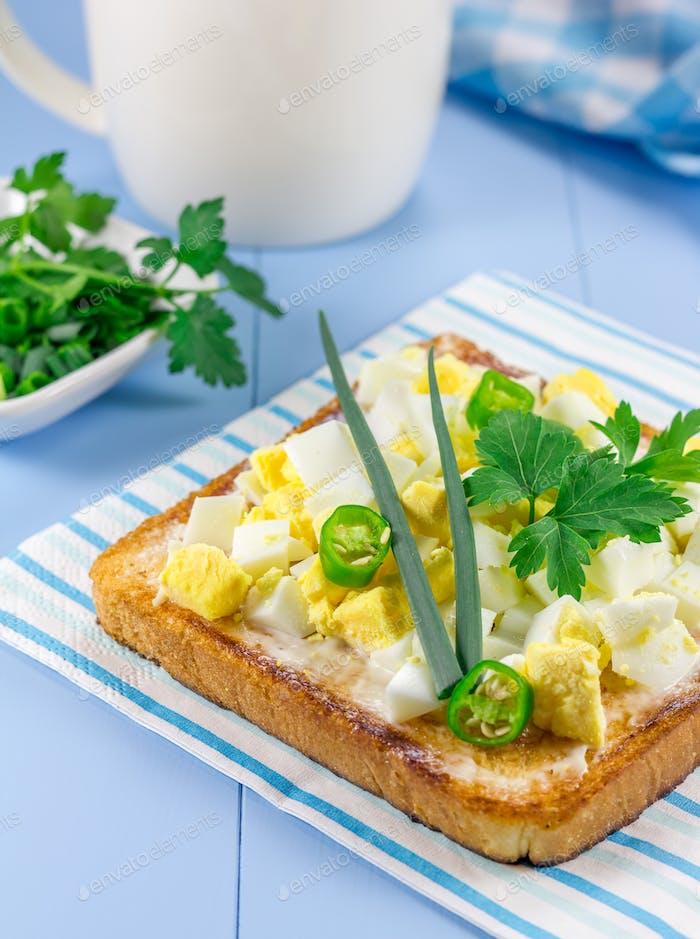 Frühstückssandwich mit Eiern und Grünen