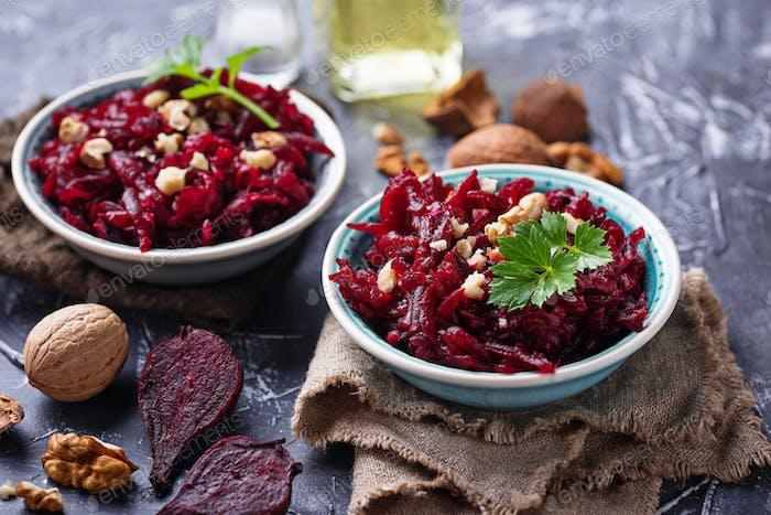 Gesunder veganer Rote-Bete-Salat mit Walnüssen