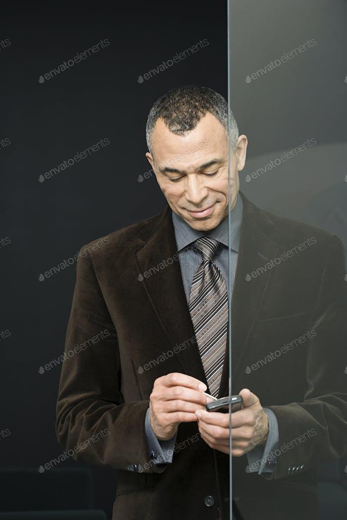 Geschäftsmann mit Handcomputer